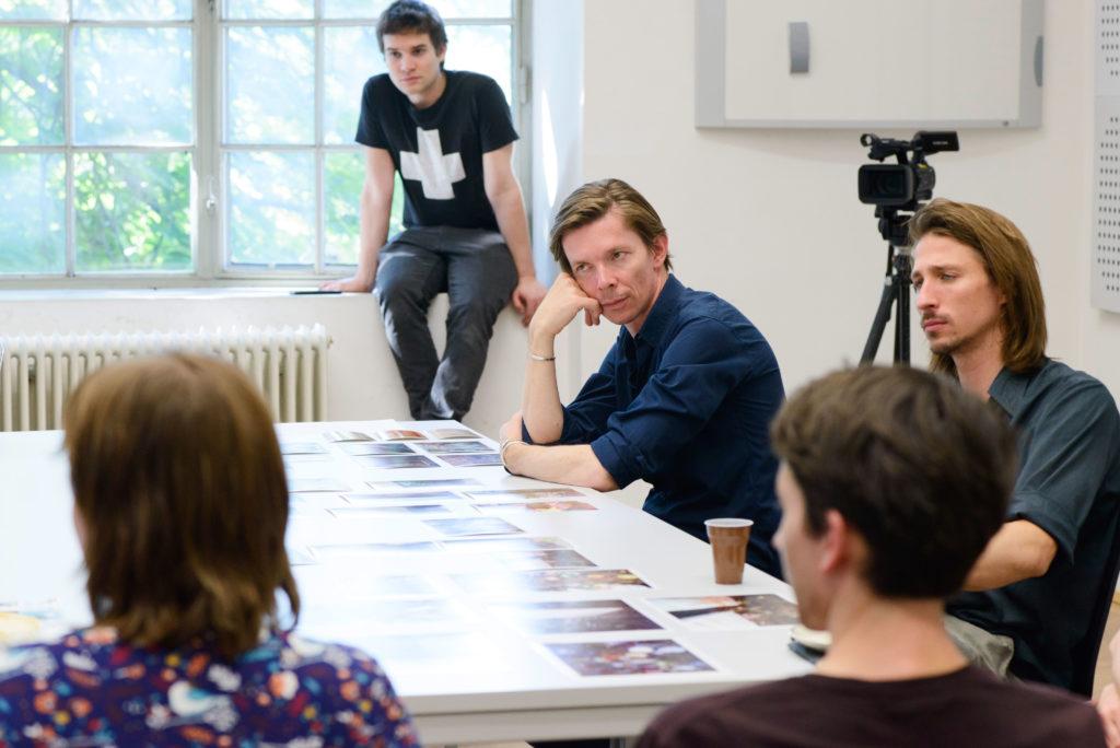 """Einblick in die Lehrveranstaltung """"Principle of Equality"""", Adam Szymczyk und Studierende, Foto: Claudia Rohrauer © Akademie der bildenden Künste Wien"""