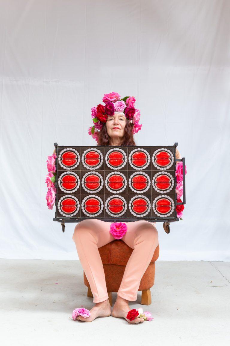 Elisabeth von Samsonow, Das Zellteilungsserviertischchen = Natur, 2020 Foto: Astrid Bartl
